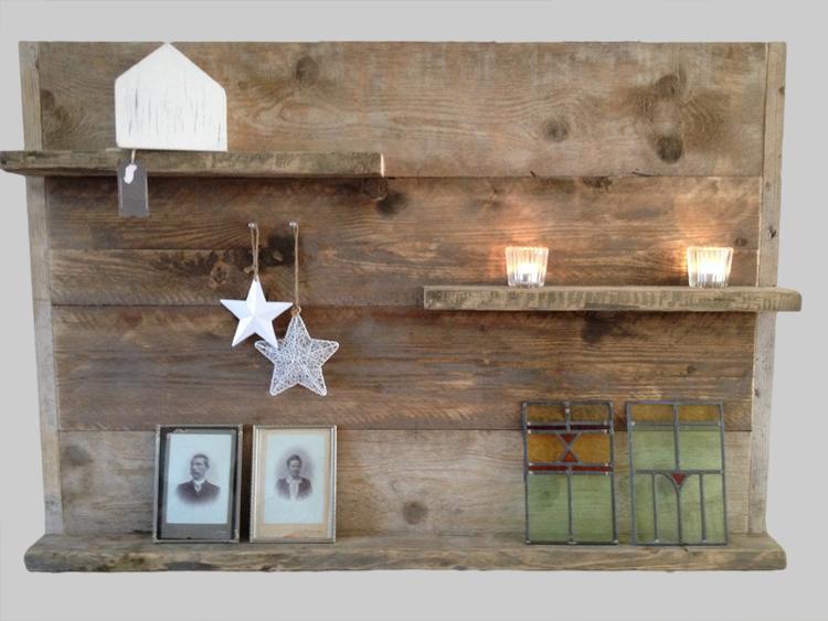 een steigerhouten wandplank is een perfect onderdeel van je interieur om bijvoorbeeld fotolijstjes kaarsen woonaccessoires of andere leuke snuisterijen