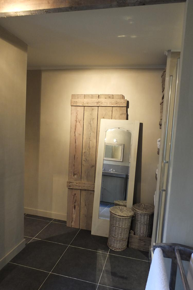 Landelijke badkamer met muren geverfd met Belgian Biscuit kalkverf ...