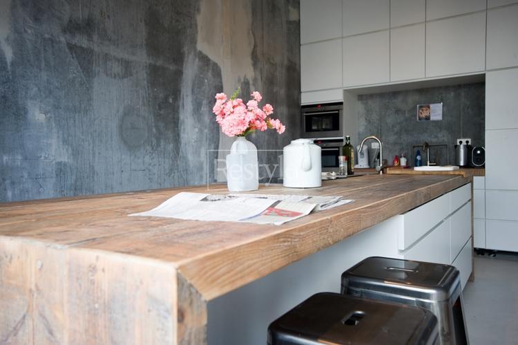 Wit, beton en hout, strak keukeneiland. foto geplaatst door ...
