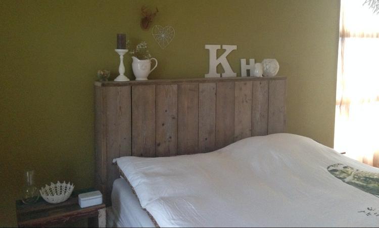 Ontzettend leuk voor de slaapkamer, olijf groene muur, steigerhout ...