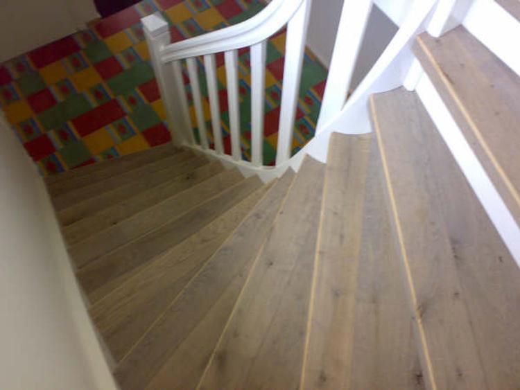 De trap bekleden met hetzelfde laminaat als de bovenverdieping voor