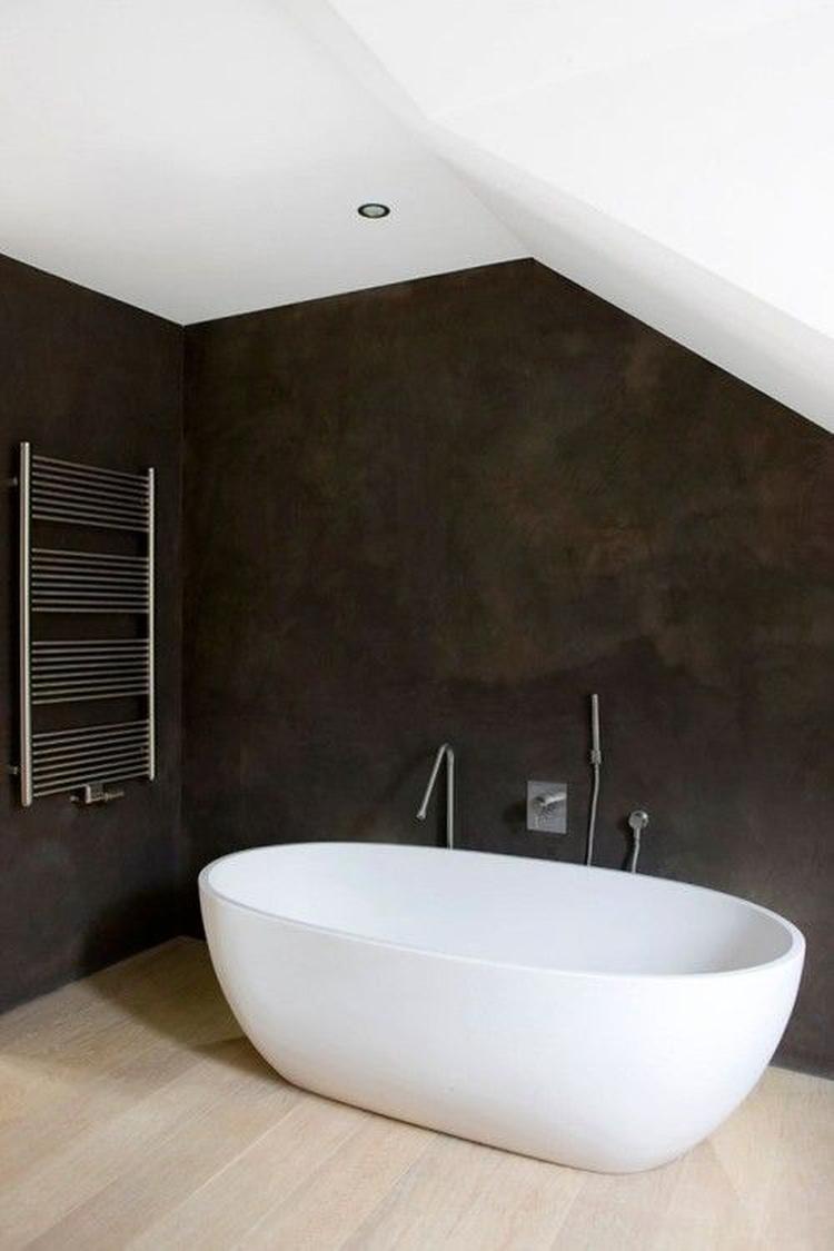 Strakke badkamer, zwarte muren Italiaans stucwerk en mooie kranen ...