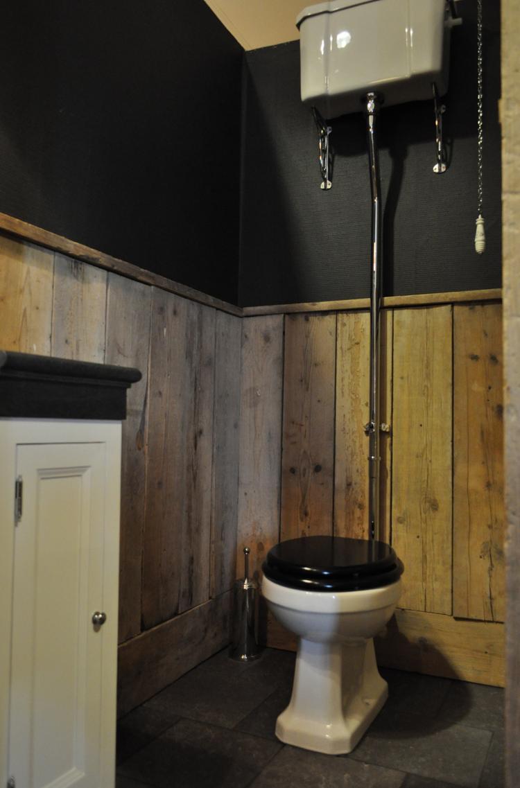 Wonderbaarlijk Traditional toilet met hooghangend reservoir. Wanden met PM-47