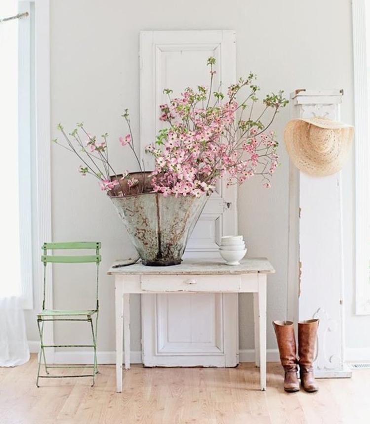 Prachtig sfeerplaatje van een landelijk interieur, met wit als basis ...