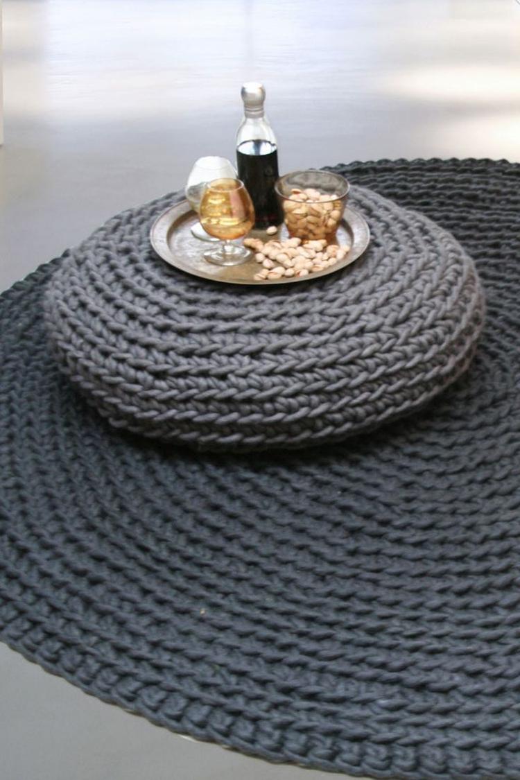 Een prachtig rond vloerkleed gehaakt van grijze dikke zuivere wol ...