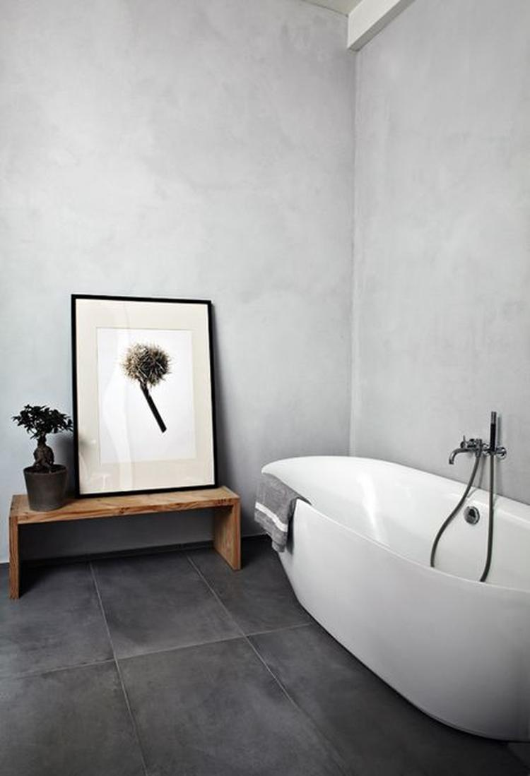 Badkamer uitgevoerd in licht grijs Italiaans marmerstuc. Duurzaam en ...