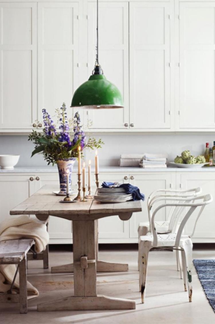 eetkamer - eettafel - stoelen - bankje - hanglamp boven tafel. Foto ...