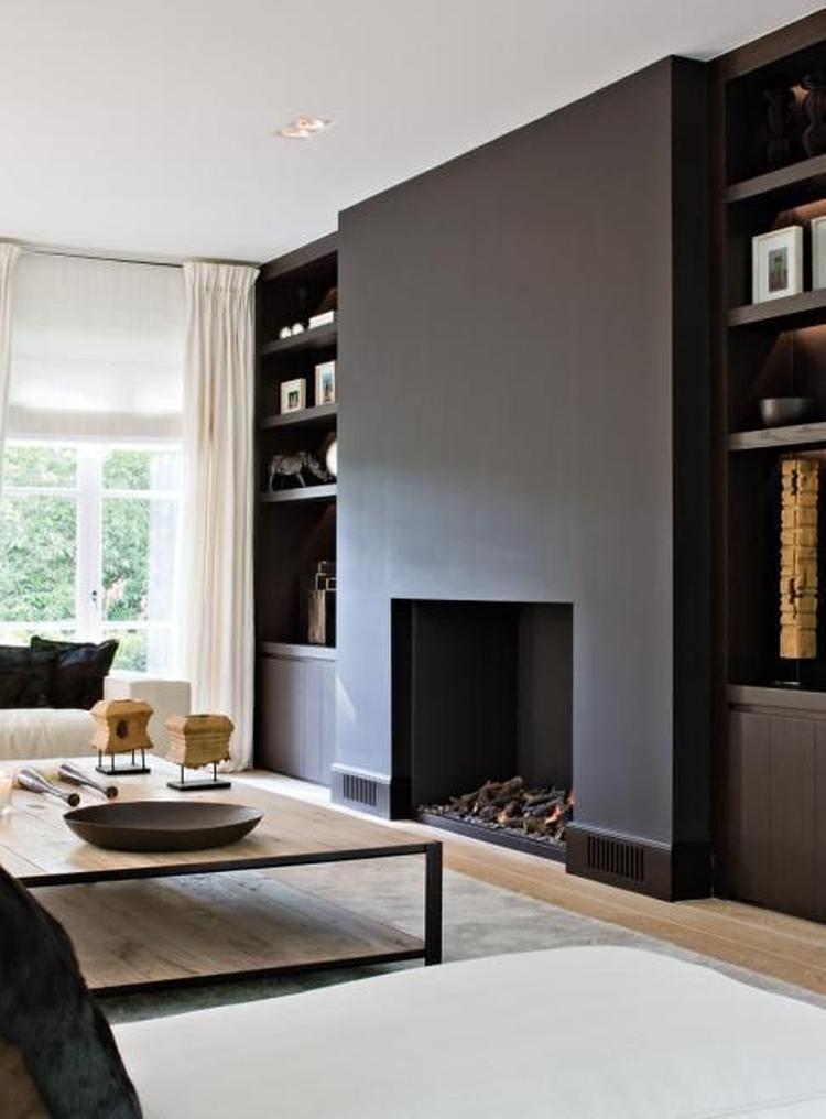 zwart schouw in een strak interieur. Mooie rustige kleuren bij ...