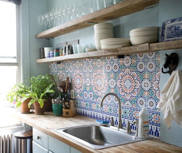 Houten Planken Keuken Muur.Wandplanken Keuken Een Kleine Keuken Met Wandplanken Boven Het