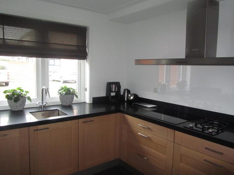 Massief eiken keuken zwart composiet aanrechtblad achterwand van ...