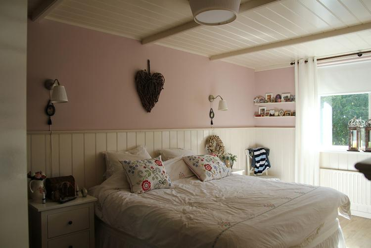 Mooie romantische slaapkamer met lambrisering en kraaldelen plafond ...
