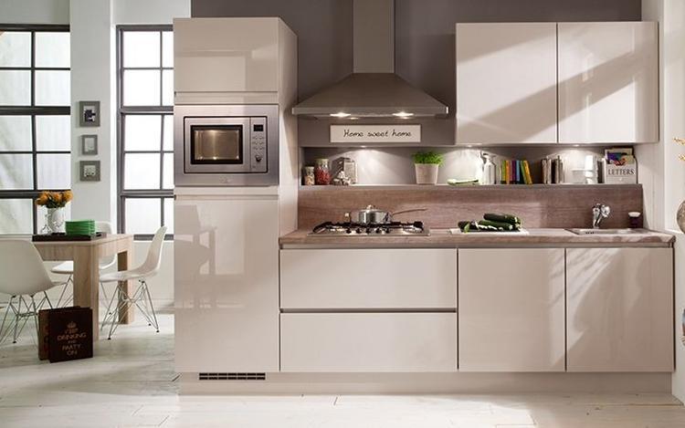 Kleine witte keuken . foto geplaatst door suuuzann op welke.nl