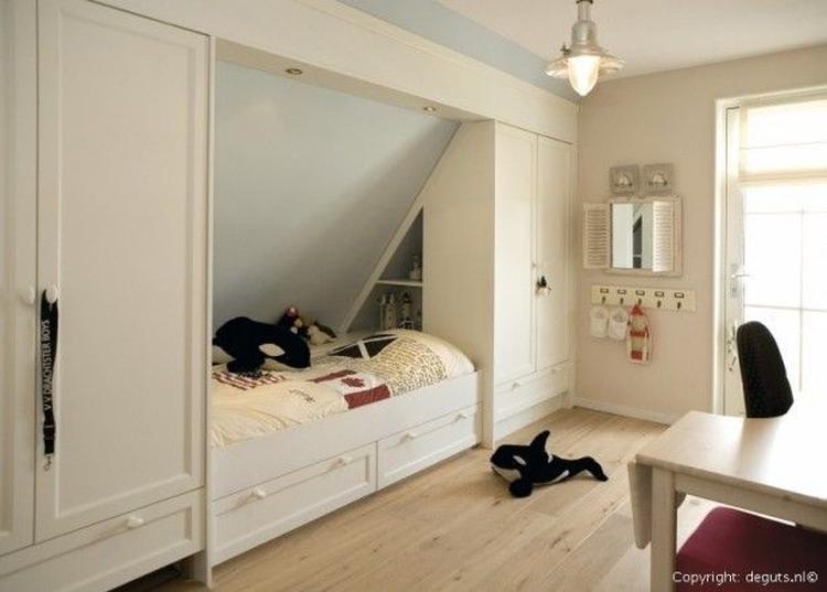 Leuk en slim idee voor een slaapkamer met schuine wand. Foto ...