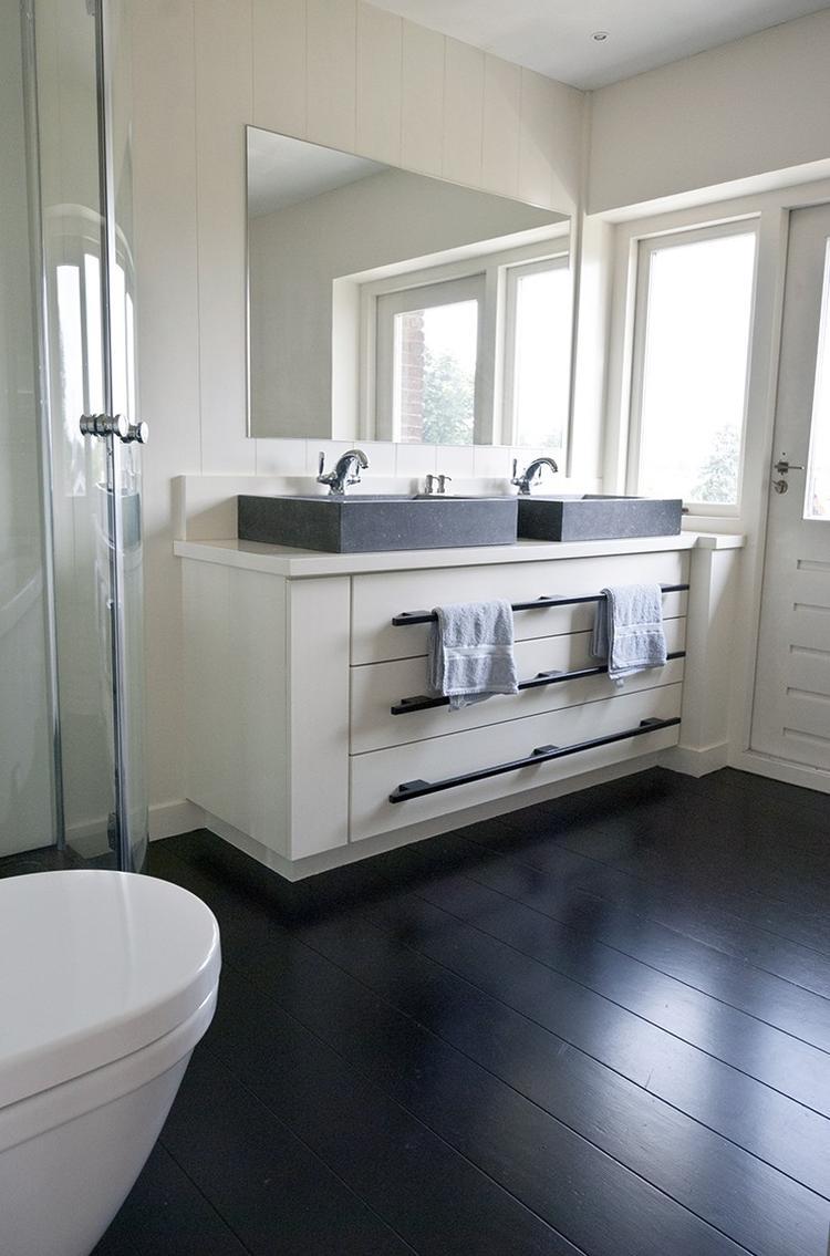 zwart gelakte eiken vloer ideaal voor in de badkamer foto
