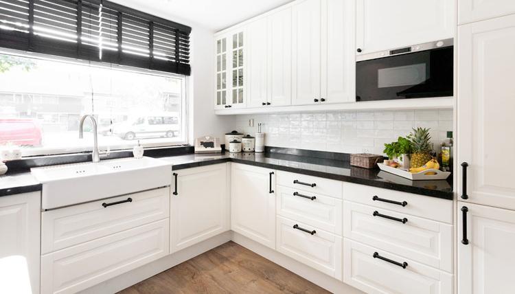 Mooie keuken in landelijke stijl. grove handgrepen en de grote ...