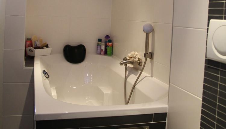 Mooie Moderne Badkamers : Mooi bad in moderne badkamer met tegels in wildverband. . foto