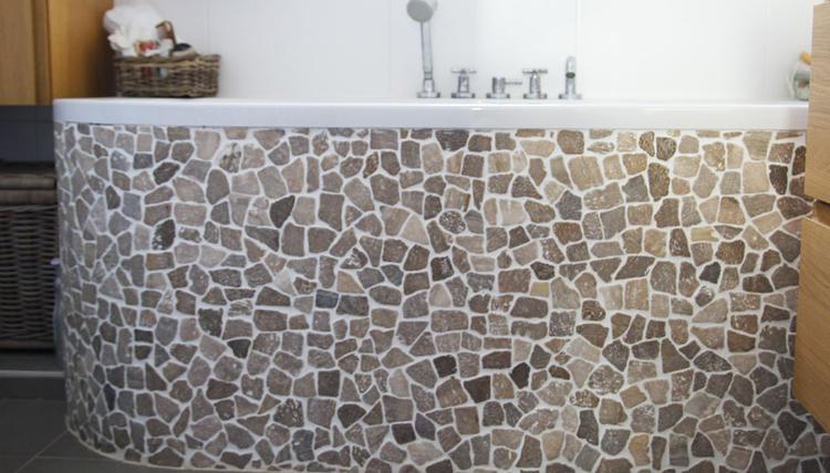 Mooi badkamer met kiezels rond het bad betegeld. Mooie natuurlijke ...