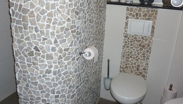 Mooi zwevend toilet in stijl van de badkamer met baan in kiezels