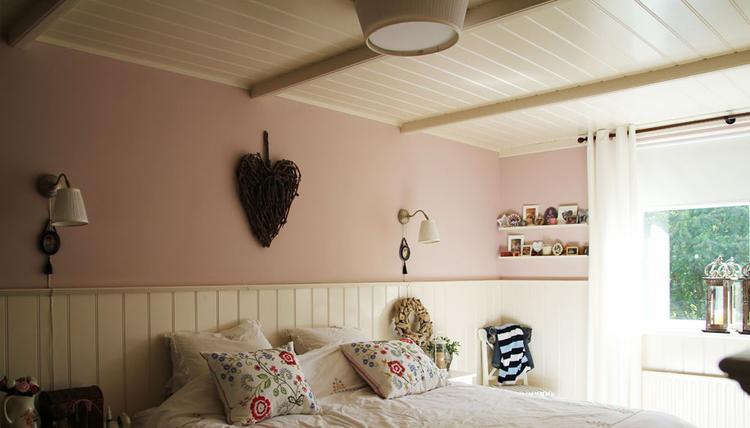 Romantische Slaapkamer Maken : Romantische slaapkamer met kraaldelen plafond en lambrisering