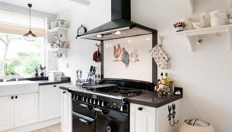 Landelijke keuken met vrijstaande stoere falcon oven. voorzien van ...