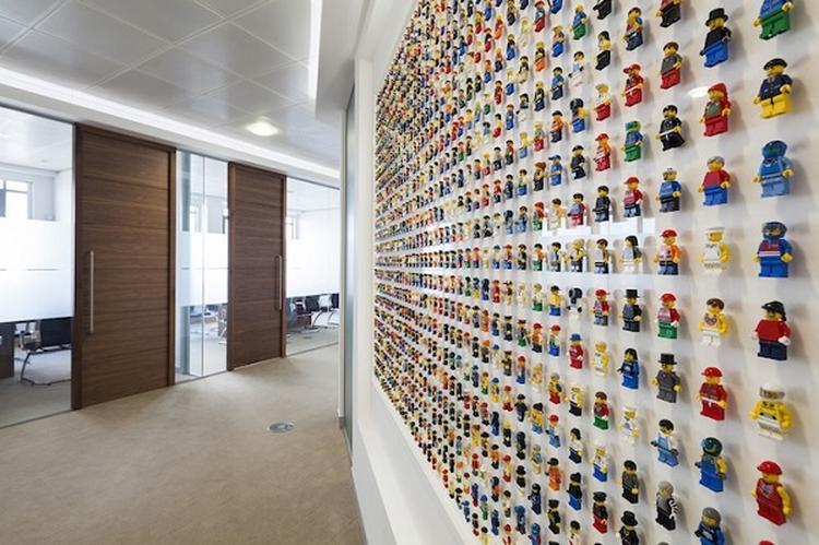 Aan De Muur : Lego minifigures in een lijst aan de muur foto geplaatst door