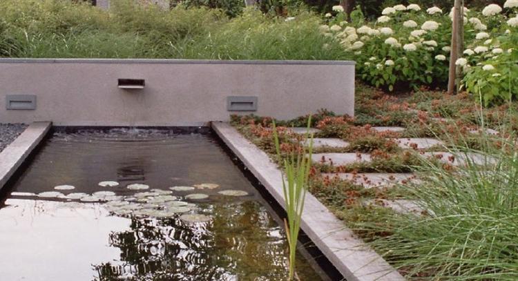 Vijver met waterelement en strakke tuinmuur. ontwerp tuinvoordeel.eu