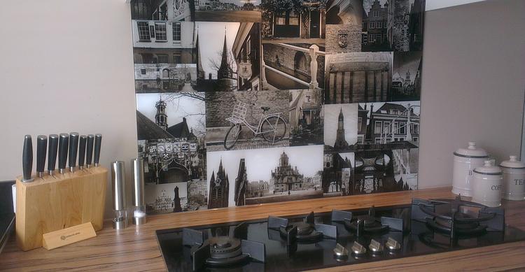 Unieke keukenachterwand van visualls.nl met collage delft in zwart ...