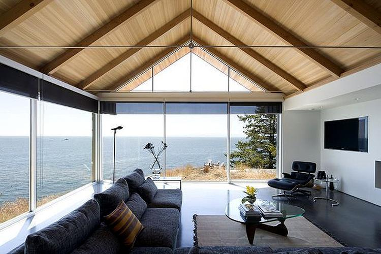 Strakke woonkamer met weids uitzicht. foto geplaatst door
