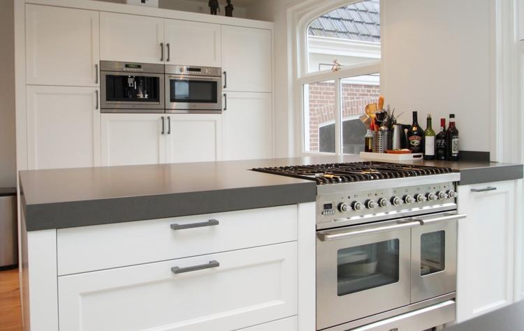 Mooi wit houten keuken met betonnen keukenblad.. foto geplaatst ...