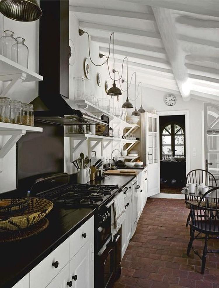 Zo kan een lange keuken langs de wand ook heel mooi zijn!. foto ...
