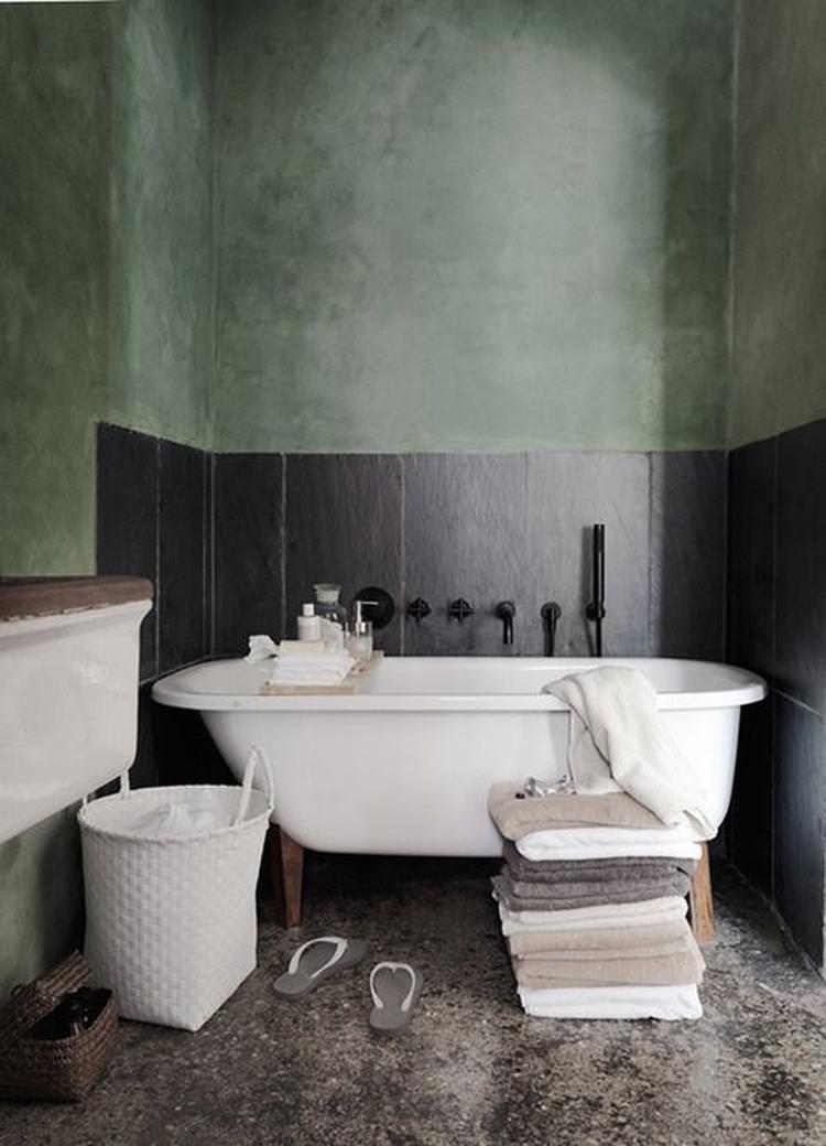 olijfgroene muren in Italiaans stuc, leisteen achtige tegels en ...