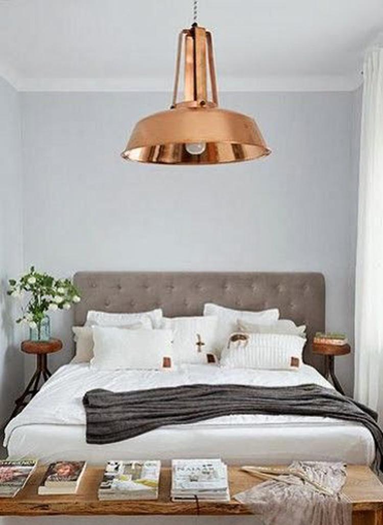 Leuke Hanglamp Voor Tienerkamer.Slaapkamer Met Een Fraaie Koperen Hanglamp Foto Geplaatst