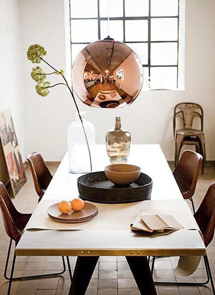Stoere eetkamer met koperen lamp, leren vintage stoelen en mooie ...
