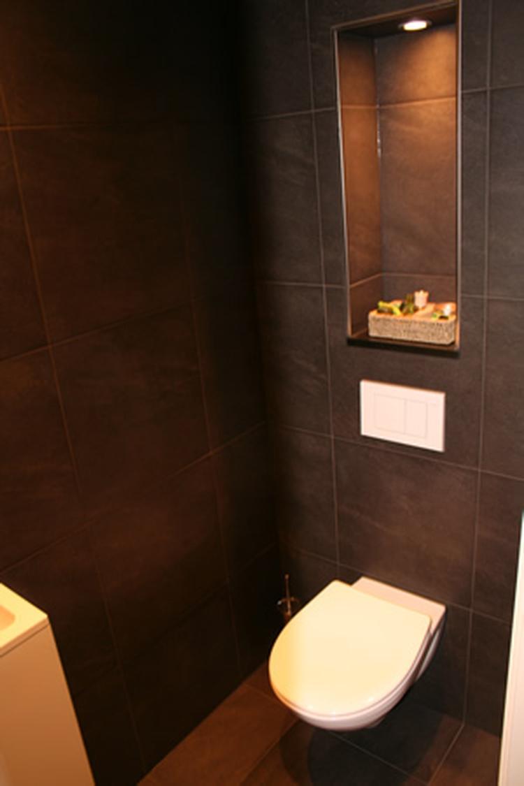 mooi toilet, rustig en strak. Met nis voor verlichting. . Foto ...