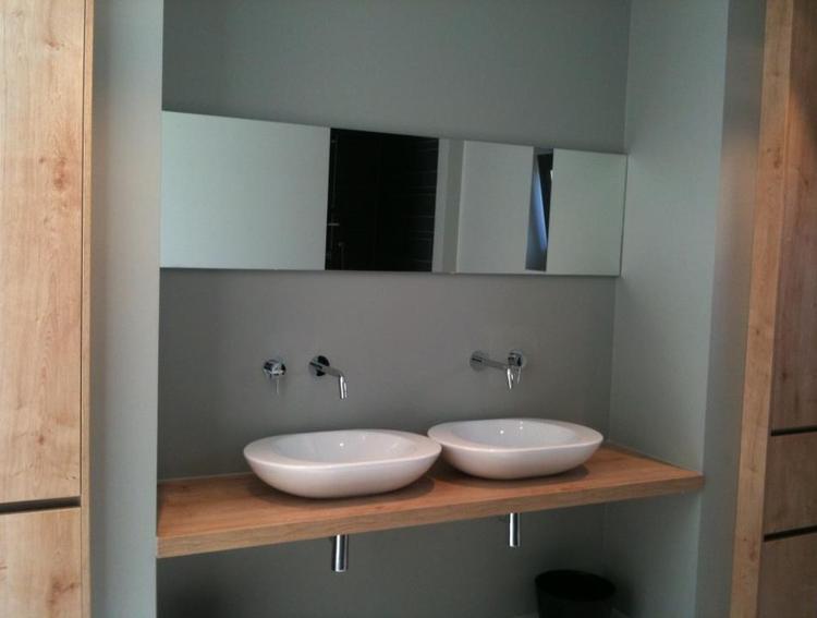 Moderne badkamer met keukenkasten ingericht uitgevoerd door