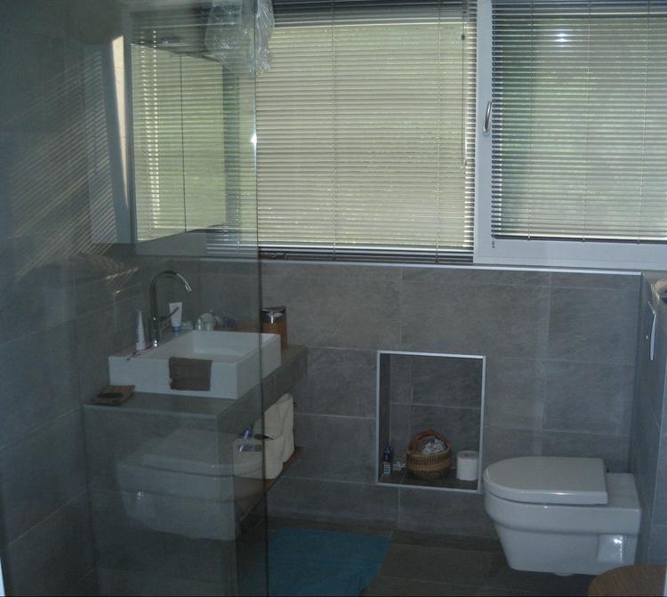 """Moderne badkamer met """"leisteen""""grijze tegels voor zowel de wanden ..."""