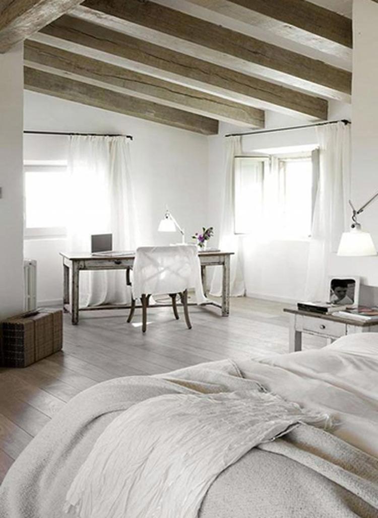 Slaapkamer met houten balken, houten vloer en bureau, prachtige ...
