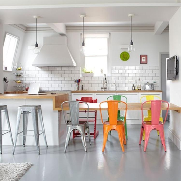 Strakke witte keuken met fel gekleurde stoelen. Foto geplaatst ...
