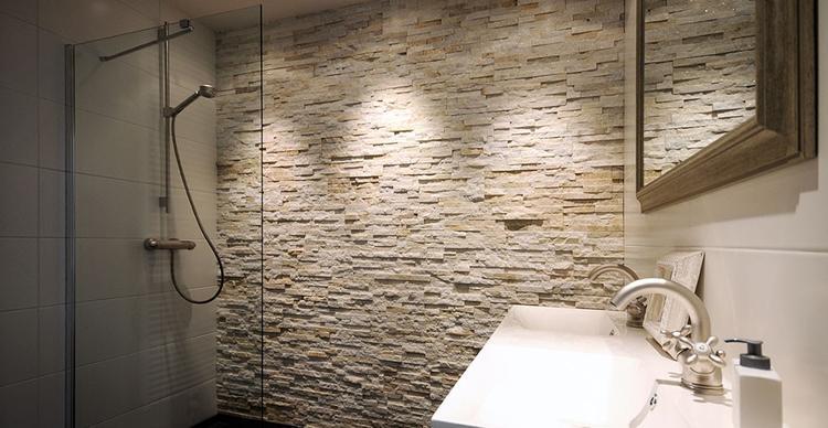 Barroco Glamour Gold steenstrips toegepast in een royale douche ...