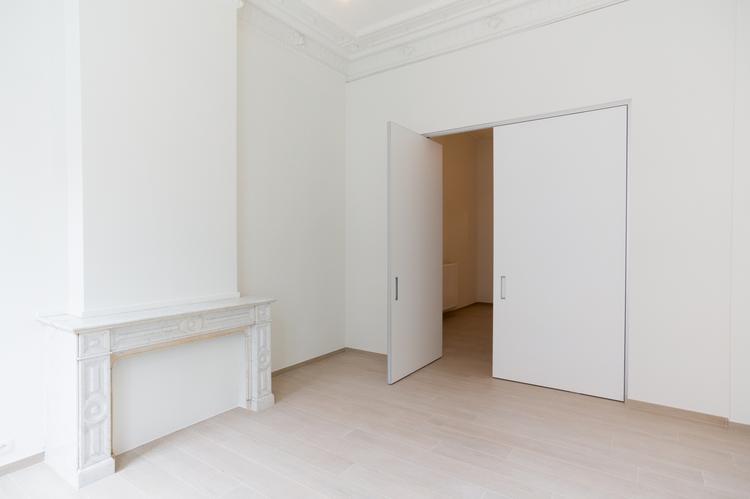 Mooie taatsdeuren in een minimalistisch interieur deze deuren