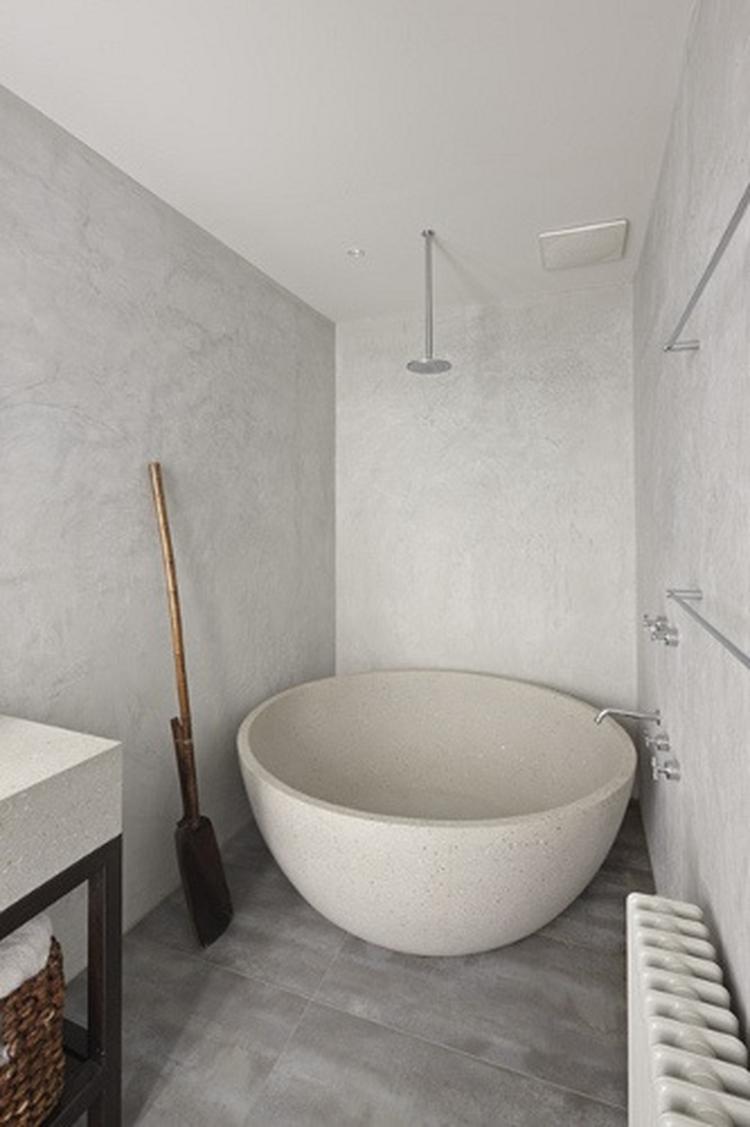 mooie details zoals de marmerlook muren en het mooie bad geven deze ...
