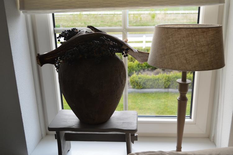 De raampartijen van de woonkamer veranderd... Grote vazen mooi ...