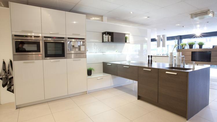 Hacker Keuken Prijzen : Hacker systemat keuken in gelakt wit en houtfineer. deze keuken