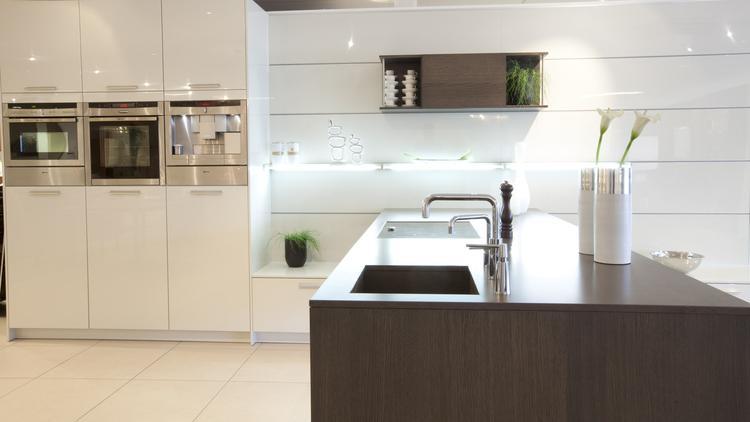 Huis Donker Hout : Mooi contrast van wit en donker hout in hacker systemat keuken. deze