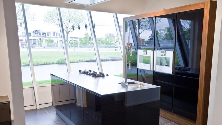 Greeploze hacker systemat keuken met zwart front. de combinatie ...