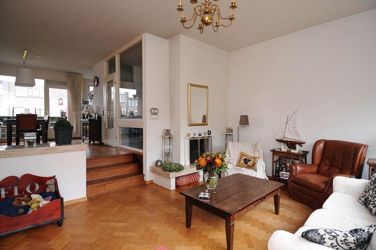 kleine verhoging in woonkamer. Foto geplaatst door saalk op Welke.nl