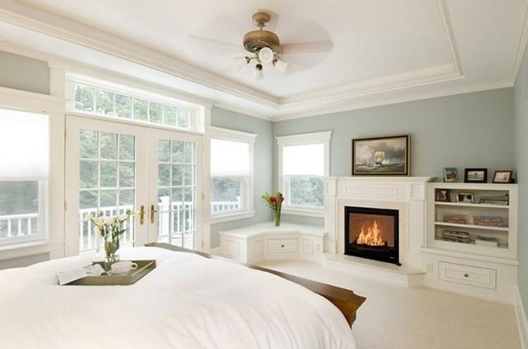 Hele mooie lichte slaapkamer met blauw en wit. tref: ruimtelijk