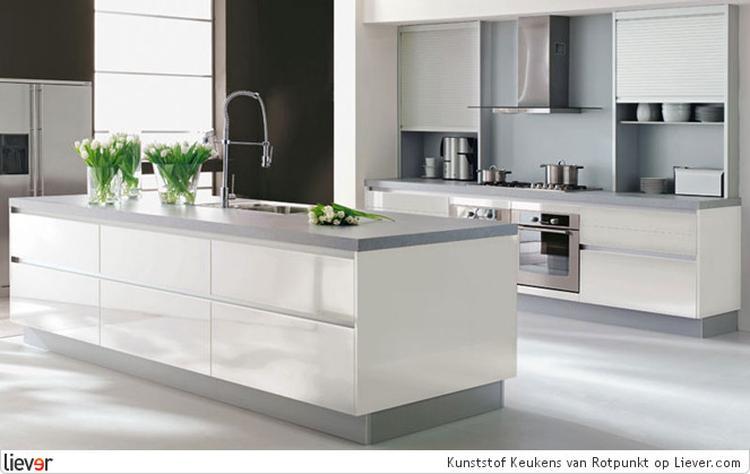 Moderne witte keuken met grijs werkblad. foto geplaatst door ...