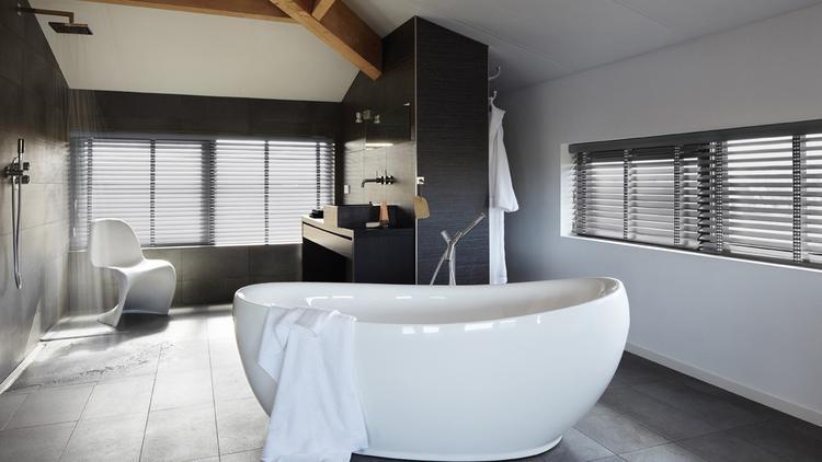 Prachtige raamdecoratie in de badkamer foto geplaatst door