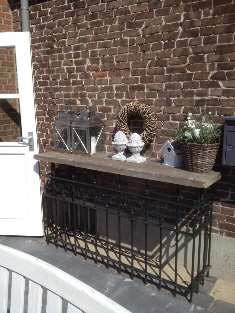 Steigerhout Sidetable Tuin.Mijn Side Table In De Tuin Voorzien Van Decoratie Twee Kandelaars